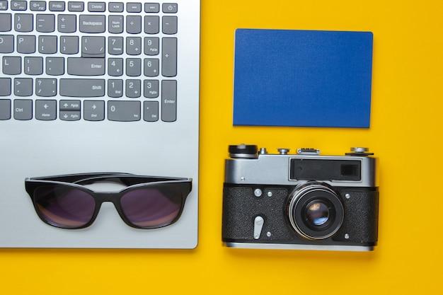 Lazer de verão. relaxe no verão. acessórios de laptop e viagem em fundo amarelo. short de estúdio. objeto de praia.