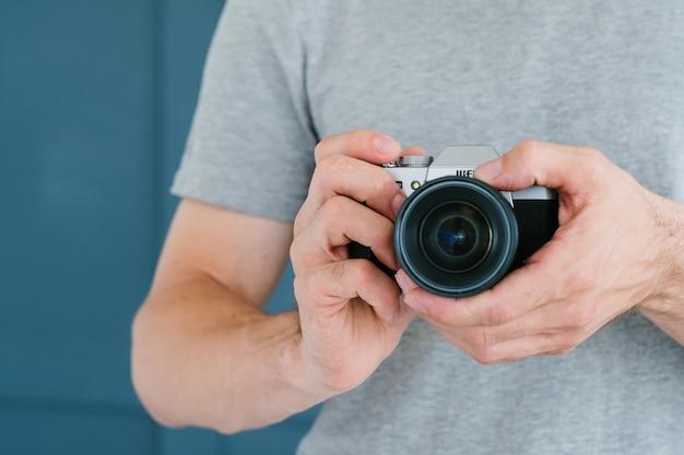 Lazer e estilo de vida do fotógrafo. homem irreconhecível, segurando a câmera fotográfica nas mãos.