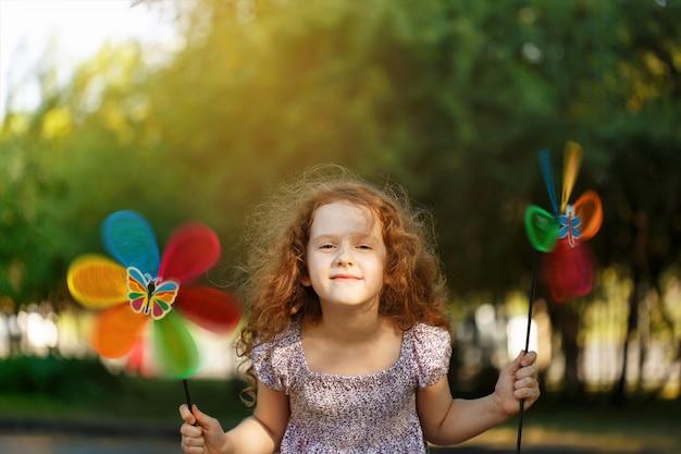 Lazer feliz da criança no verão ao ar livre.