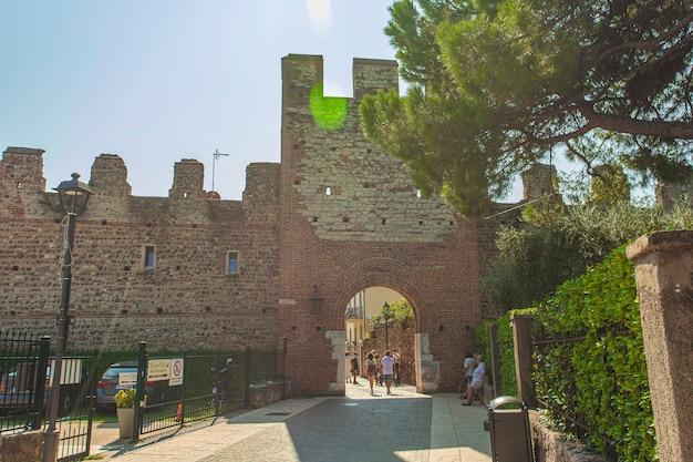 Lazise, itália 16 de setembro de 2020: castelo medieval de lazise na itália sob um céu azul