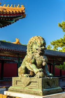 Leão da guarda chinesa no palácio de verão em pequim