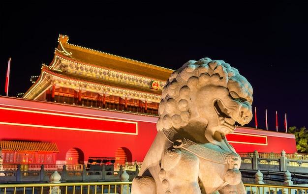 Leão em frente ao portão tiananmen em pequim, china
