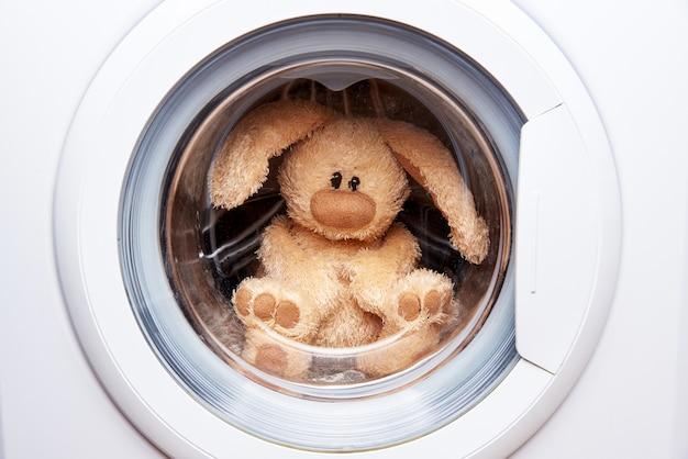Lebre de brinquedo macio na máquina de lavar