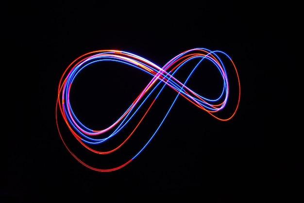 Led vermelho e azul luz movendo-se em longa exposição tiro no escuro.