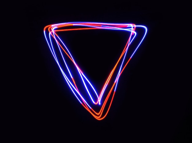 Led vermelho e azul luz mover a forma do triângulo na exposição longa tiro no escuro.