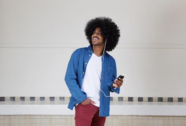 Legal cara negro ouvindo música no celular