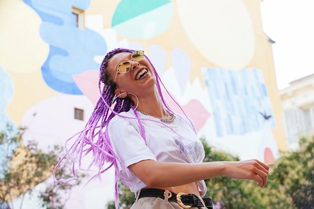 Legal na moda mulher rindo na rua