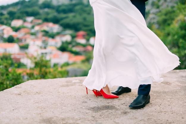 Legs é recém-casado no chão de pedra. casamento em montenegro.