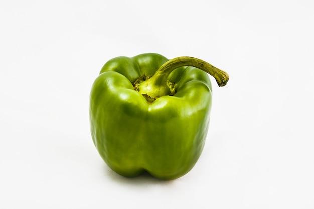 Legume fresco, pimenta verde em um fundo branco.