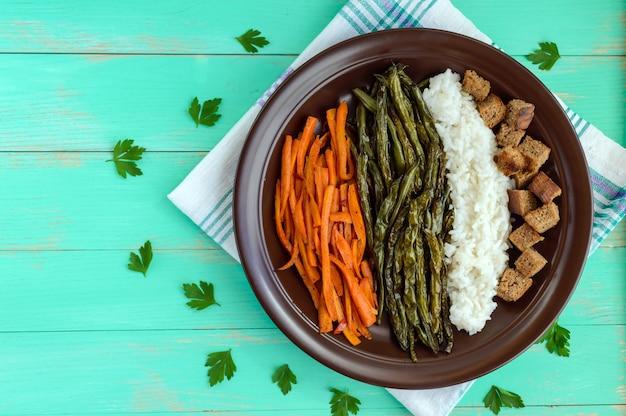 Legumes assados com arroz cozido e croutons de centeio