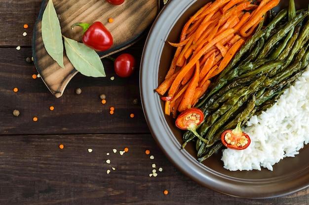 Legumes assados com arroz cozido