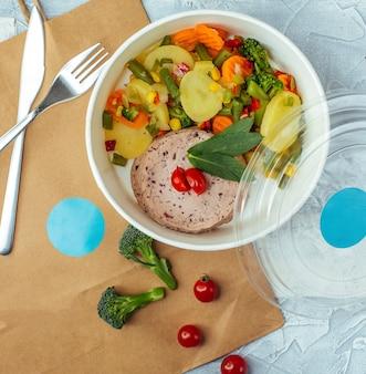 Legumes assados com batata, cenoura, feijão verde, brócolis, salsicha de peru