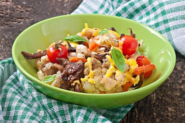 Legumes assados com frango e cogumelos