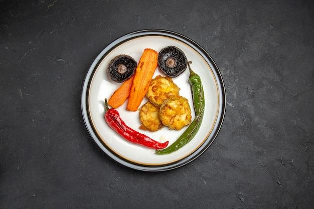 Legumes assados de cima legumes assados no prato