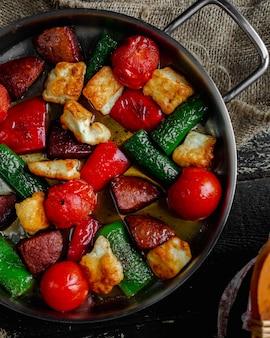 Legumes assados e fatias de carne