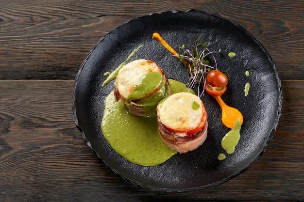 Legumes assados saudáveis e sanduíches de presunto