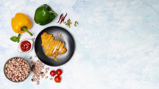 Legumes brilhantes e frango cortado na chapa