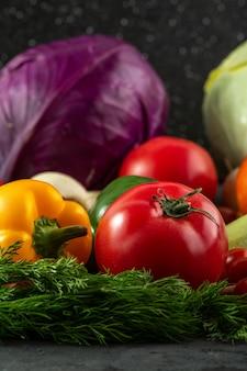 Legumes coloridos frescos maduros multi-coloridas legumes em fundo cinza