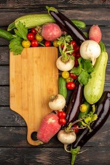 Legumes coloridos frescos maduros uma vista superior em um rústico