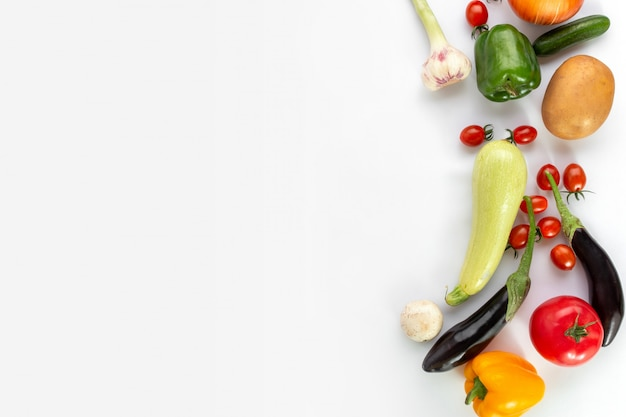 Legumes coloridos sobre fundo branco