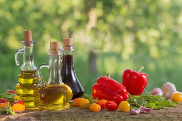 Legumes com óleo na mesa de madeira ao ar livre