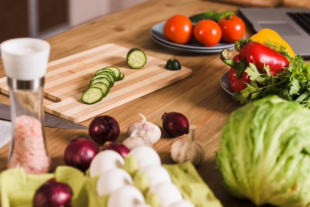 Legumes com ovos crus e tempero na mesa