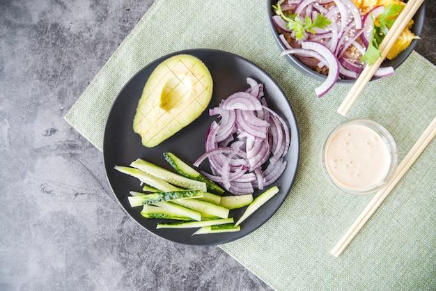 Legumes com placa de abacate