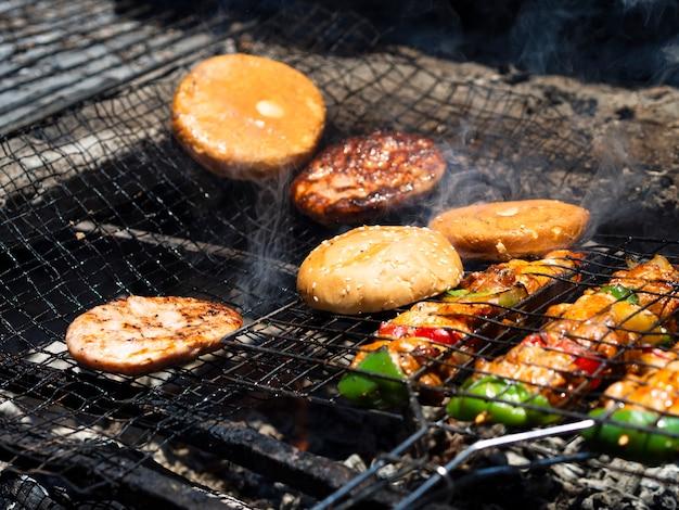 Legumes com rissóis e pães de grelhar em rack