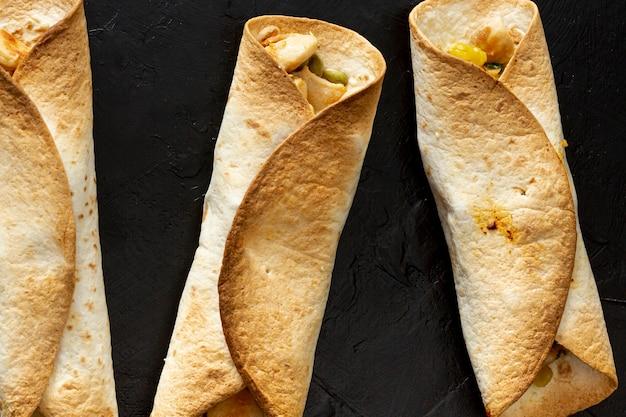 Legumes cozidos envoltos em pão achatado