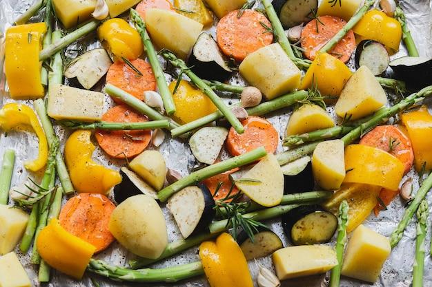 Legumes cozidos picados na bandeja com ervas e azeite de oliva