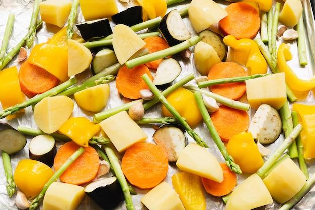 Legumes cozidos picados na bandeja de alimentos closeup