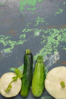 Legumes de abóbora branca em ferro velho