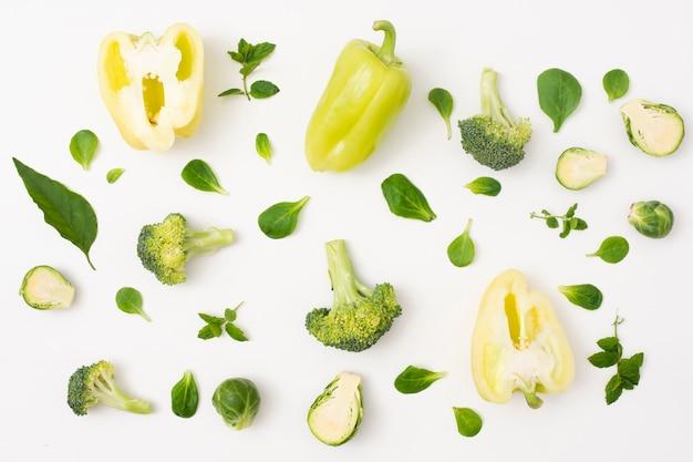 Legumes de close-up no fundo branco simples
