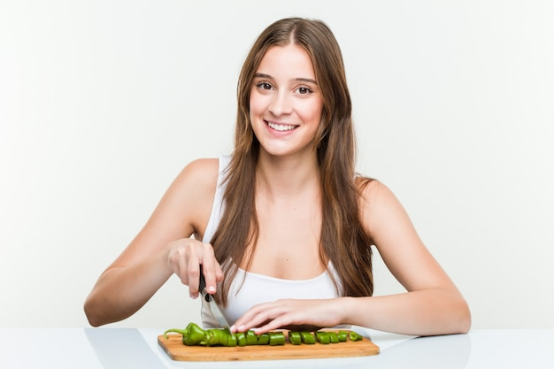 Legumes de corte jovem mulher caucasiana