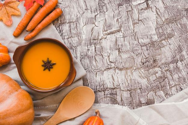 Legumes de outono perto de sopa e logo