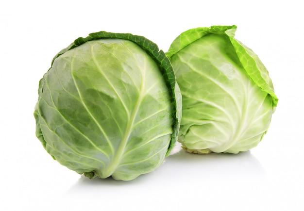 Legumes de repolho verde isolados no branco