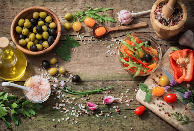 Legumes e azeitonas na mesa de madeira velha