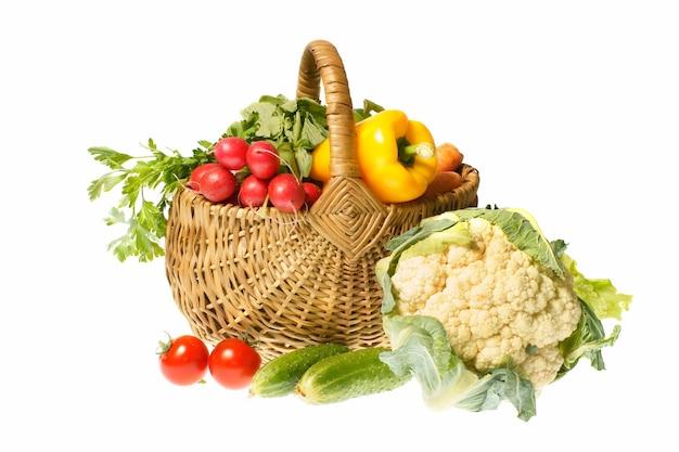 Legumes e cesta isolados no fundo branco