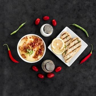 Legumes e especiarias em torno de deliciosos pratos