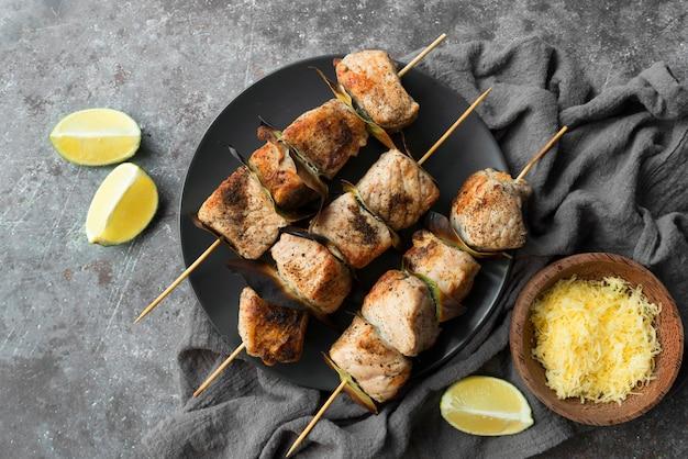 Legumes e espetos de carne grelhados