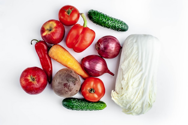 Legumes e frutas da loja em um fundo branco
