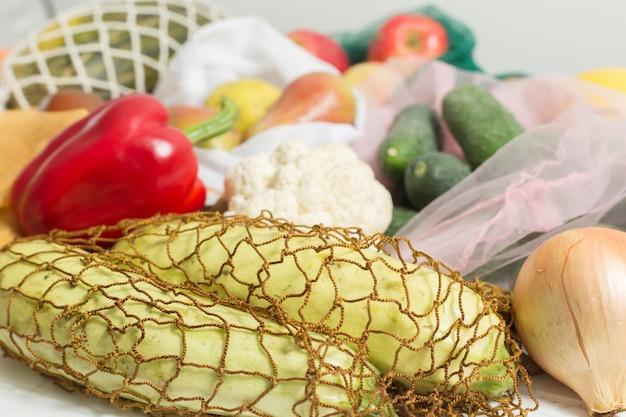 Legumes e frutas em sacos ecológicos.