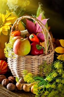 Legumes e frutas em uma cesta