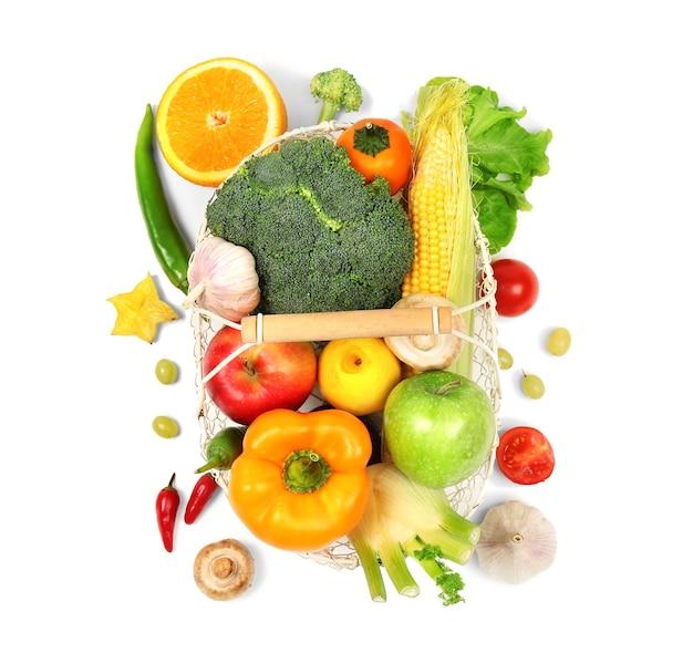 Legumes e frutas frescas na cesta