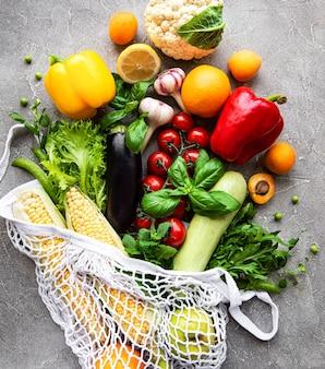 Legumes e frutas frescas na sacola ecológica