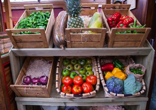 Legumes e frutas na caixa de madeira