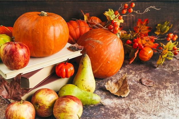 Legumes e frutas na mesa