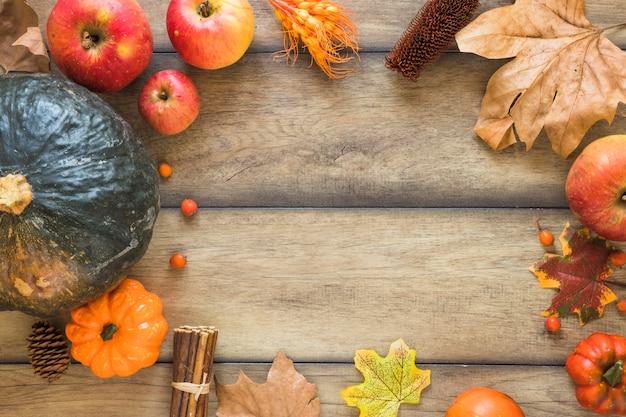 Legumes e frutas na placa de madeira