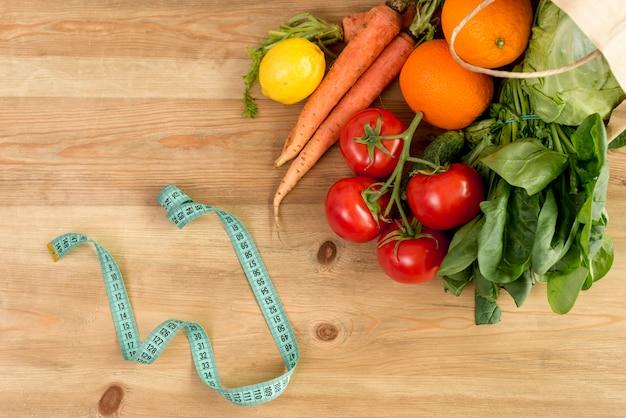 Legumes e frutas no counterto