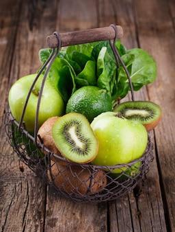 Legumes e frutas verdes. vitaminas de verão